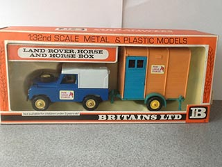 Britains Farm Toys No 9573 Land Rover Horse Box Pine Lodge Stables