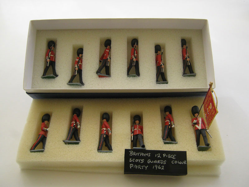 Britains Eyes Right Scots Guard 12 Piece Colour Party 1962 With a Converted Ensign With Colour at the Carry (Repainted)